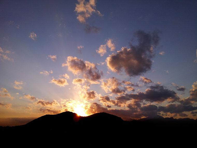 port-de-alcudia-sonnenuntergang-berge-wolken